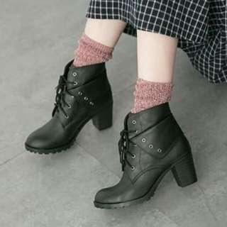 🚚 【免運費】個性反摺雙側扣環質感皮革粗跟短靴