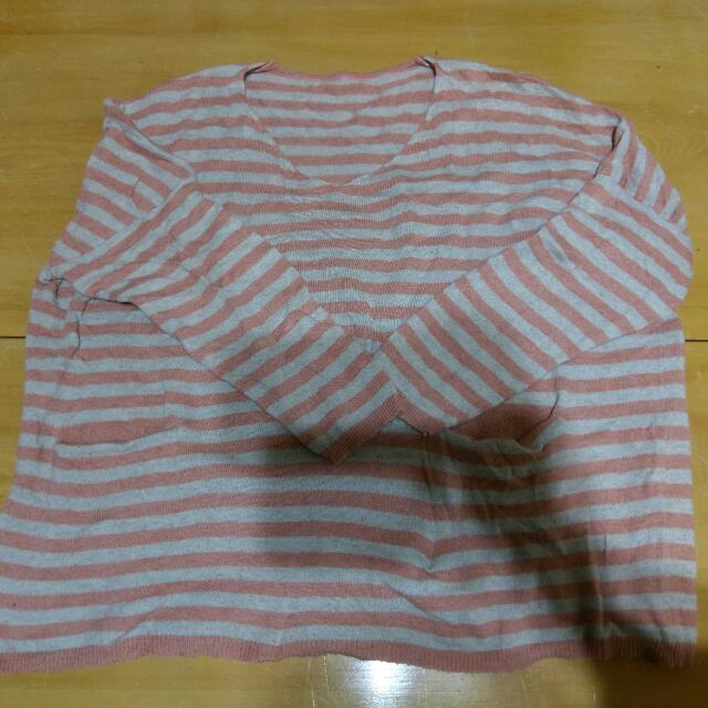 灰粉條紋毛衣