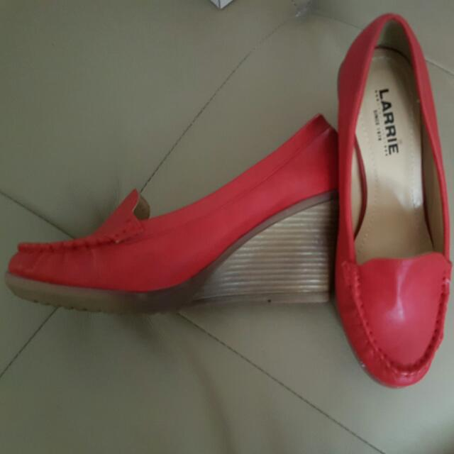 LARRIE Red Wedges