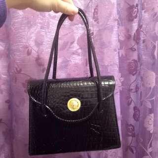 黑色亮皮手提包