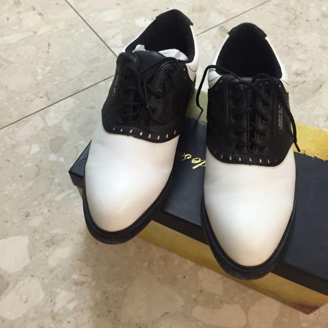 黑白色皮鞋。