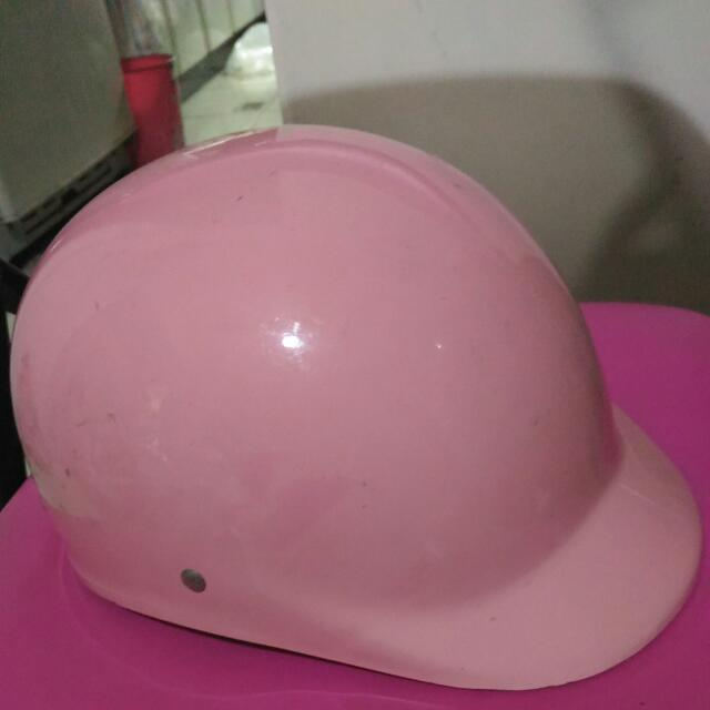 少用的家用安全帽有稍微小刮到特價只賣69元 不可以挑剔了因為是高厚度的內裡近全新