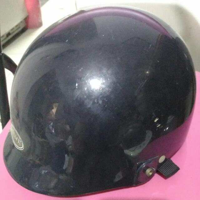 少用的家用安全帽有稍微小刮到特價只賣69元 不可以挑剔了因為是高厚度的 內裡近全新