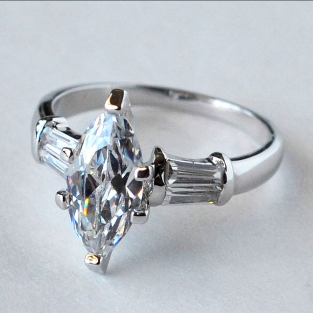 Marquise Cut 2.5克拉 純銀鍍白K金馬眼鑽戒 2.5 Carats Sterling Silver 14K White Gold Plated CZ Ring