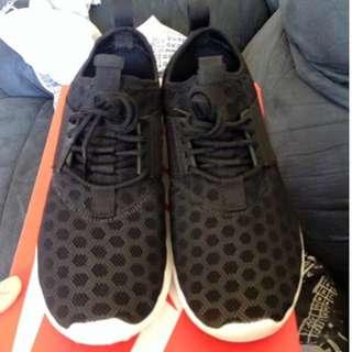 Women's black white Nike Juvenate size 39 (Aus 8) new/unworn with box