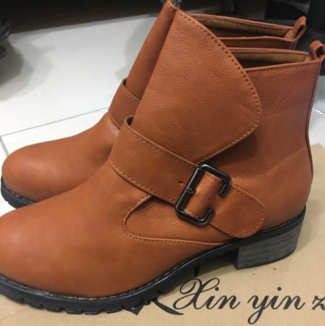 咖啡色軍靴