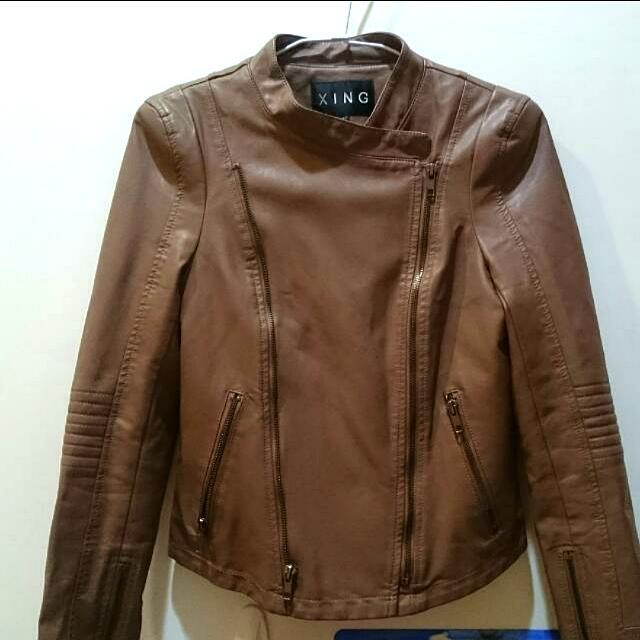 【全新】專櫃品牌XING 雙拉鏈小墊肩短版皮衣 (焦糖色) 尺寸:S 女 🐖