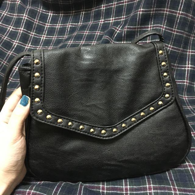 黑色鉚釘小斜背包