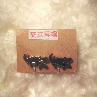 純黑俏皮鱷魚 夾式耳環