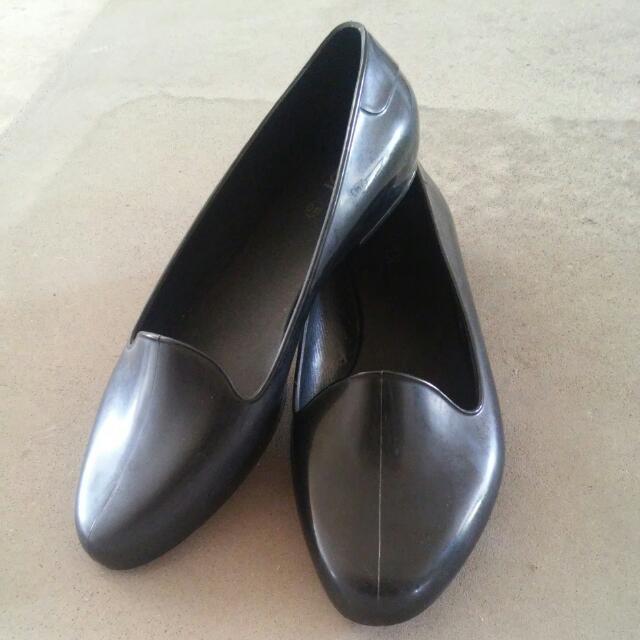 9b834c4e6 Waterproof flats (Rubi), Women's Fashion, Shoes on Carousell