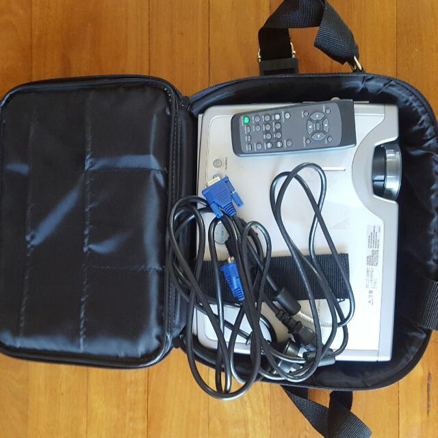 XGA HITACHI CP-X327 Multimedia Mobile LCD Projector With Carry On Bag