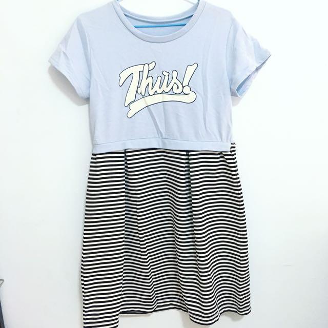 日 英文字母休閒連身淺藍條紋及膝洋裝