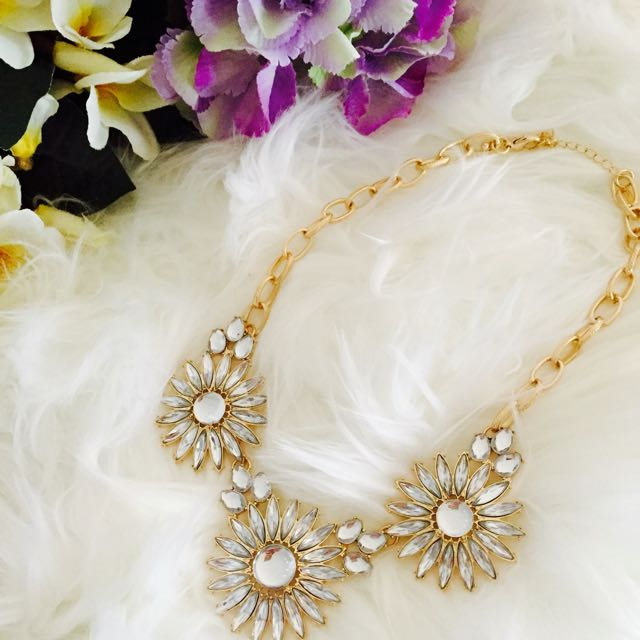 New Women's Fashion Statement Necklace In Clear Stone Floral Design With Gold Hardware