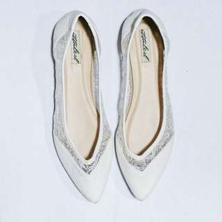 Ittaherl Iris Pointed White Lace Flatshoes