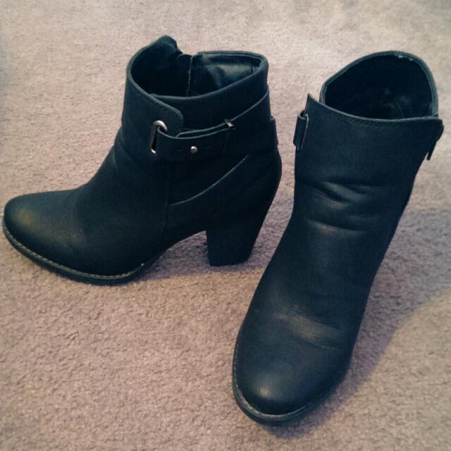 Novo Boots Size 9