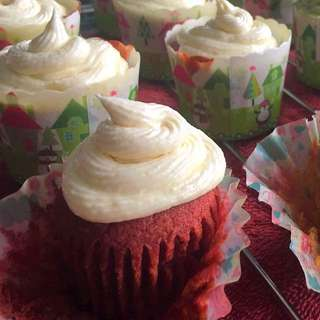 RED VELVET CUPCAKE WITH CREAMCHEESE TOPPING
