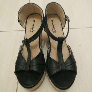 Wedges Hitam