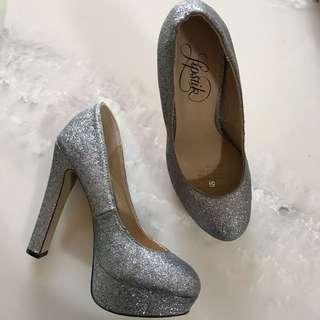 Size 5 LIPSTIK Silver Glitter Pumps
