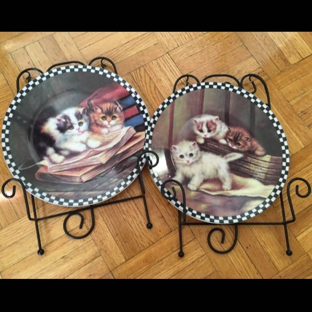 2 Decorative Cat Plates With Stands