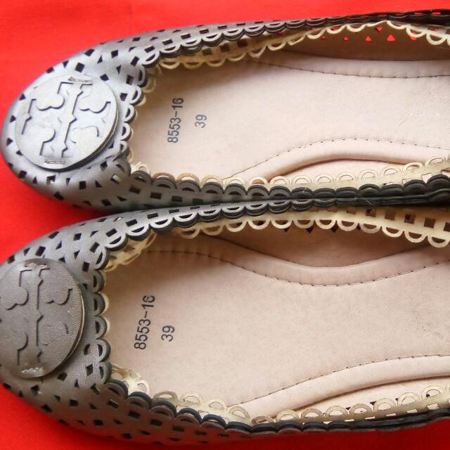closed flat casual shoes