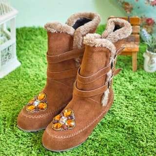 百貨專櫃品牌 棕色麂皮寶石毛邊內增高馬靴#25