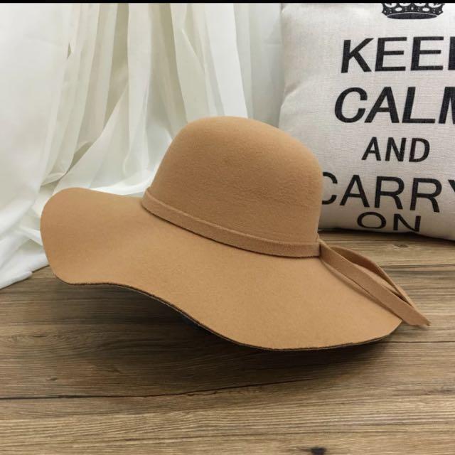 卡其色荷葉邊帽子