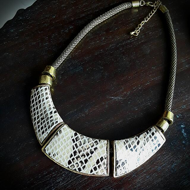 💖Burnished Gold Leather Statement Necklace 🖒