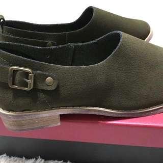 軍綠色跟鞋