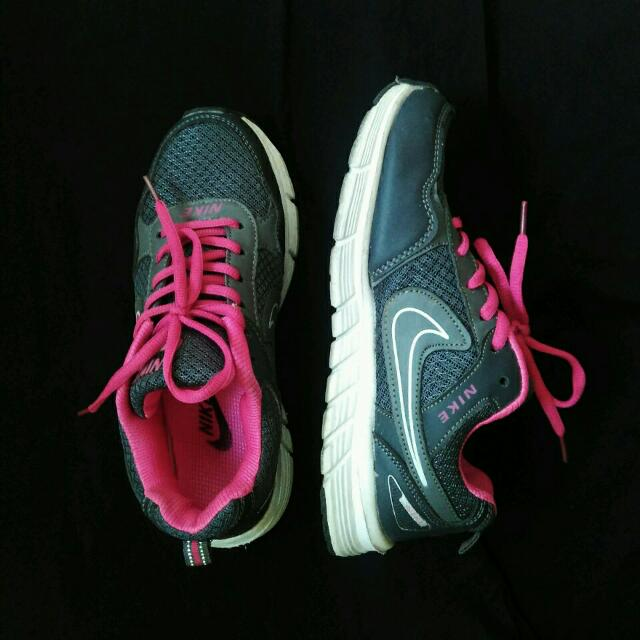 FREE SHIPPING! NIKE Running Shoes