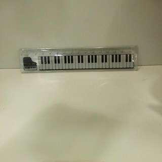 지배자 Ruler with musical keyboard