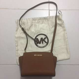 Authentic Michael Kors Selma Messenger Medium Size (small Messenger) Tan Bag With Detachable Straps Crossbody Bag
