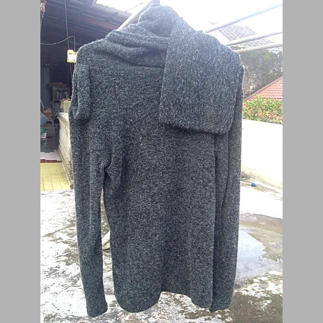 👉 Sweater With Long Scarf (UNISEX) 👉Colour : Dark Grey 👉Condition : 99%  👉 Size : Slimfit M fit to L 👉Details :  Ada Scarf yang menempel pada bagian leher  👉Alasan dijual : Sudah tidak selera 👉Harga Beli : 350.000 💬Chat for more info&detals😊