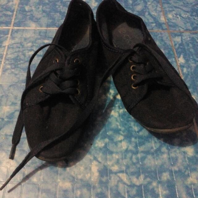 Size 5-6 Close Shoes Comfy