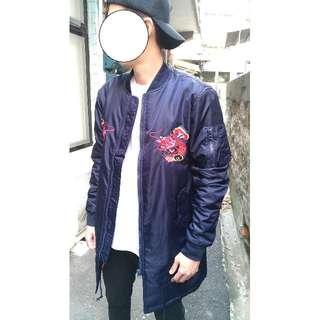 精美龍刺繡  Ma1棒球外套 亮面深藍色長版風衣外套 S.M.L.XL