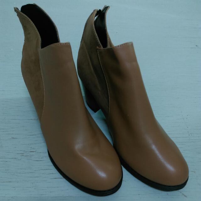踝靴。短靴。大地色