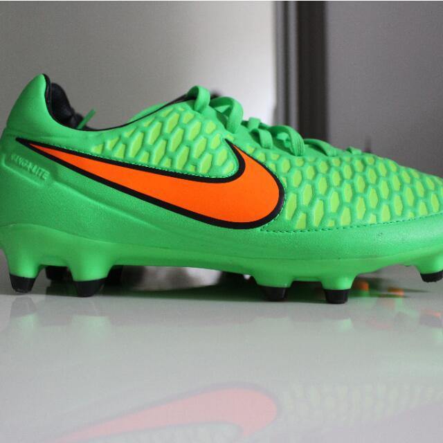 New Unisex NIKE Soccer Shoes Size 10