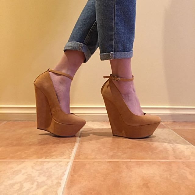 Size 6 Tony Bianco Wedges