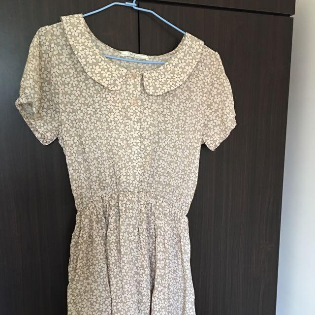 米色圓領小花洋裝