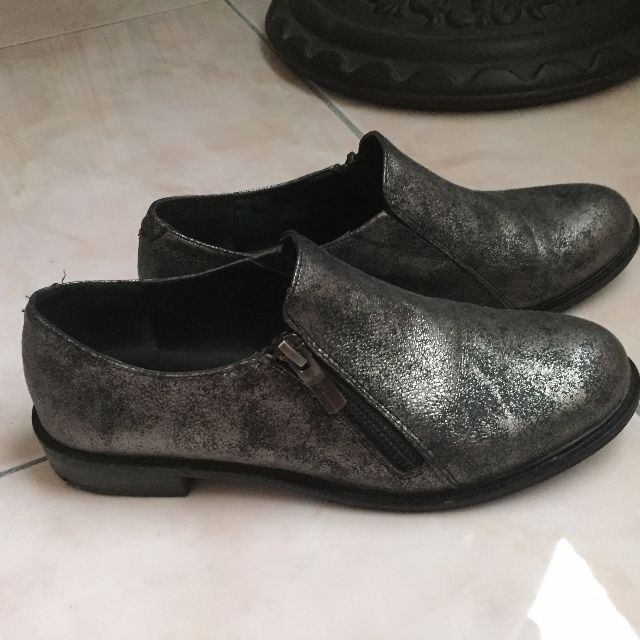 BCBGeneration 刷舊銀色平底鞋