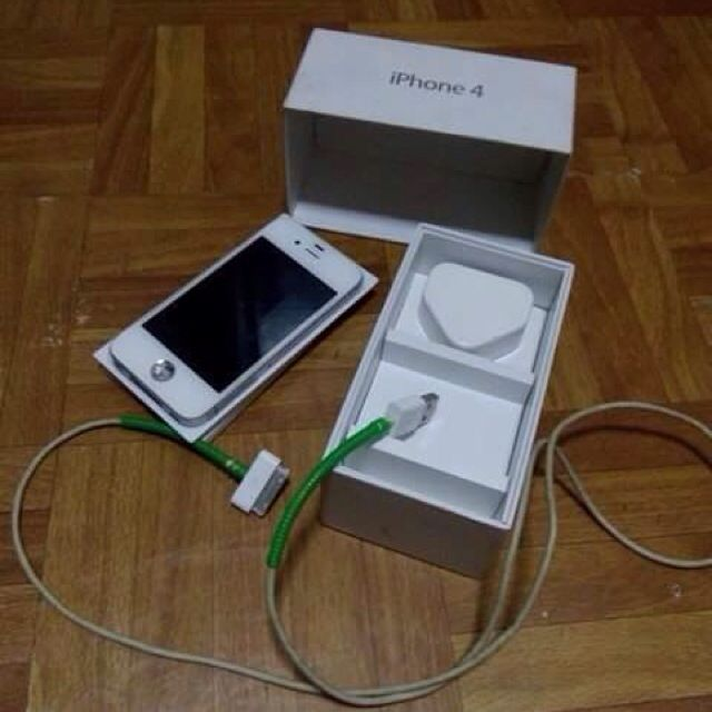 Iphone 4 with Original Charger and Box