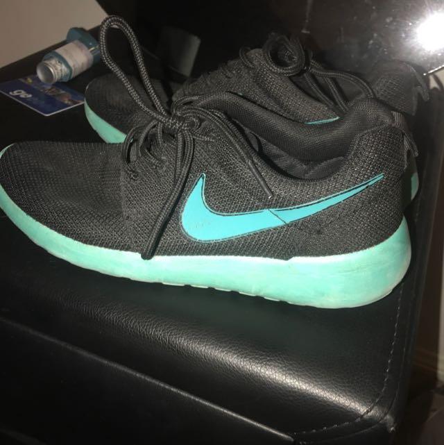 PRICE DROP $10 Nike Roshe