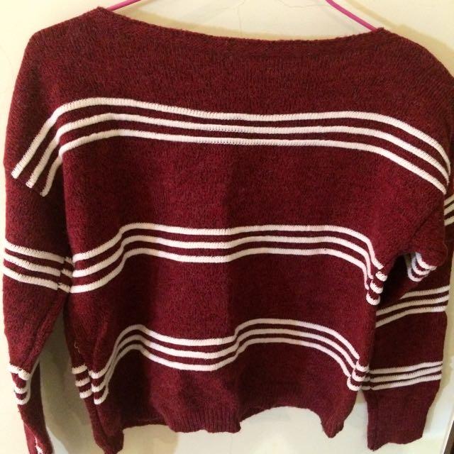 女生紅白條毛衣