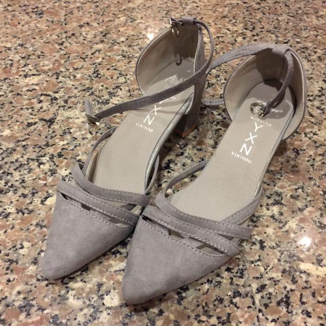 低跟灰色流線鞋