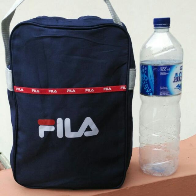 tas serbaguna merk Fila Original warna biru Dongker masih seperti baru. Minus pegangan kepala resleting yg cacat. resleting posisi ada dibawah.