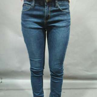女藍色牛仔褲