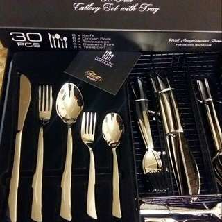 CUTLERY SET WITH TRAY