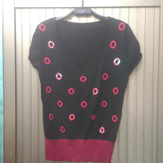 針織線衫,m號,黑底紅圈,只賣100。