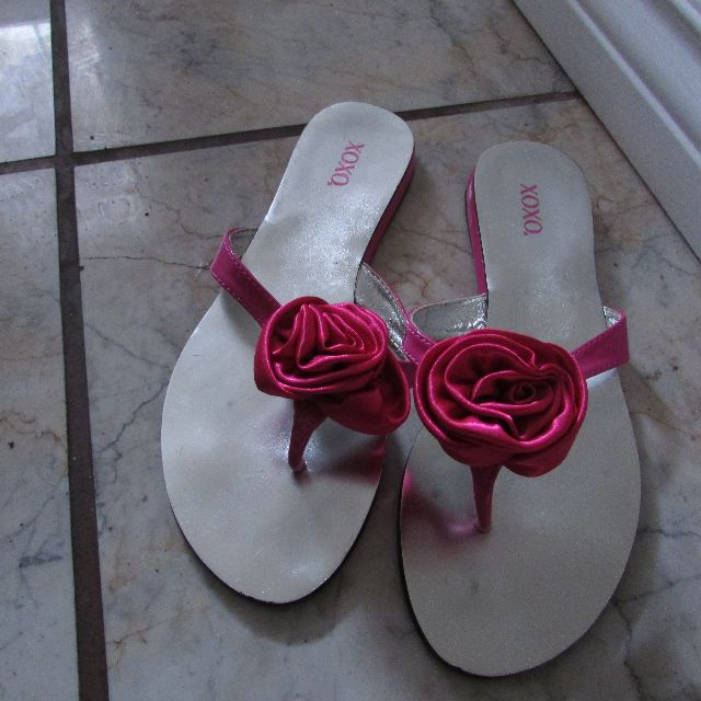 Womens Size 8 flower sandals