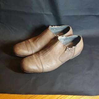 Initial leather shoes size 40.