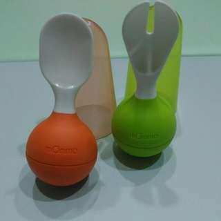 義大利mOmma寶寶不倒翁湯匙叉子組 — 贈品 : 日本People 寶寶專用報紙玩具 + Dr. Brown奶瓶瓶身(240ml) *2 + 美樂儲奶瓶(150ml) *1